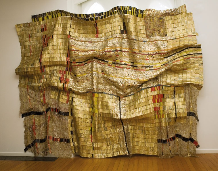 El Anatsui (Ghana), Duvor (communal cloth), 2007. Aluminium and copper wire, 400 x 500 cm.